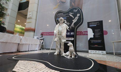 Sete horas a encarnar uma estátua viva. Português bate recorde mundial